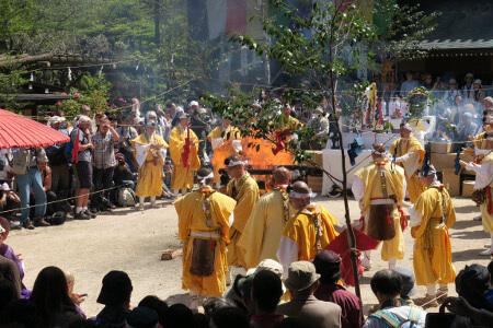 けっこう燃え上がっていた!宮島 大聖院 火渡り神事。