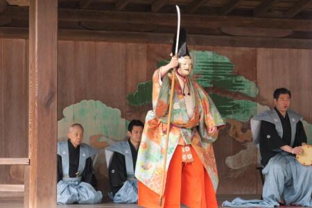 桃花祭御神能、江戸時代から継承された能と狂言の共演。