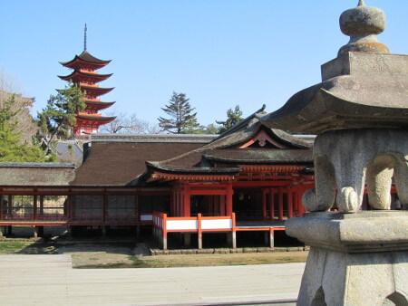 海に浮かぶ厳島神社。